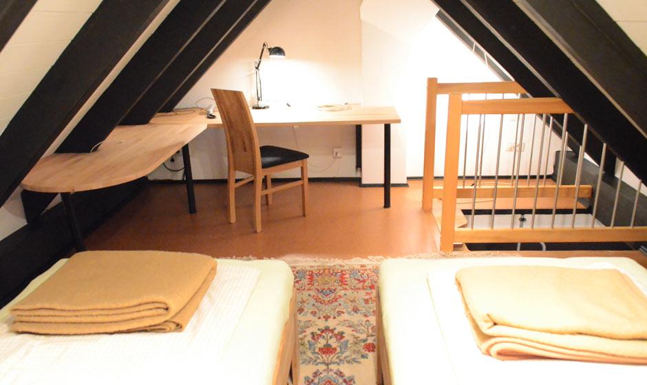 Ferienwohnung-Cipa-OG-Schreibtisch-im-Schlafzimmer