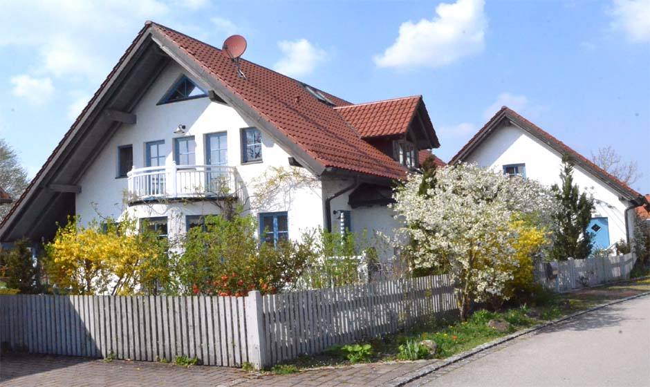 Südseite des Hauses mit rundem Erker und Balkon